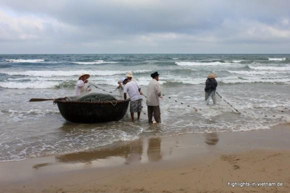 Fischer am Strand von Da Nang