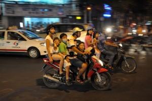 Familie auf dem Moped in HCMC